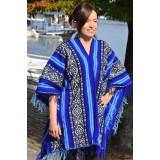 Le traditionnel poncho tissé main couleur bleu