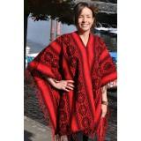 Le traditionnel poncho péruvien rouge indien
